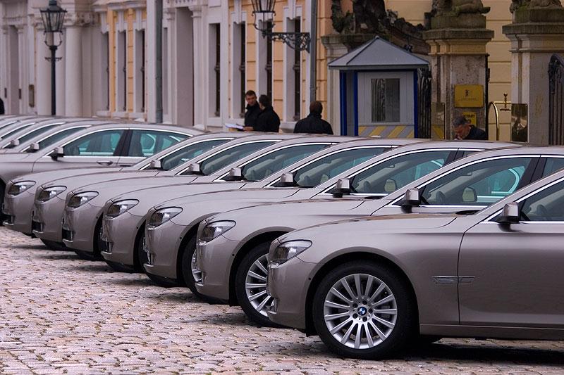 BMW 7er, F01-Reihe vor dem Hotel Taschenbergpalais in Dresden