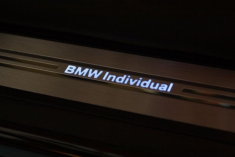 BMW Individual Schriftzug in der Fußleiste des 7er-BMWs