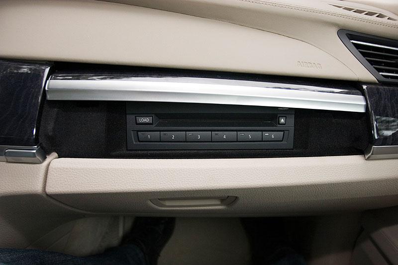 DVD-Wechsler über dem Handschuhfach im BMW 750Li (F02)