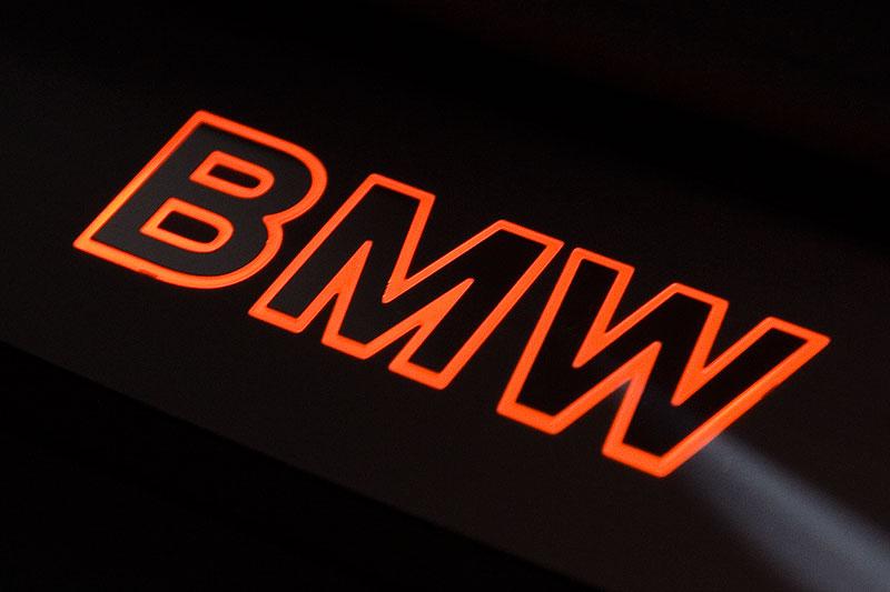 Einstiegsleiste im 7er-BMW mit beleuchtetem BMW-Schriftzug