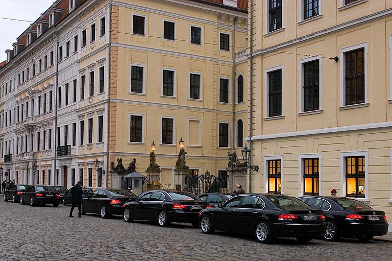 eindrucksvolle BMW 7er-Reihe (E66-Modelle) vor dem Hotel