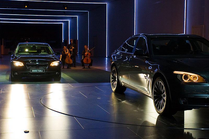 Bei klassischer Musik fährt der BMW 750Li (F02) in die Halle ein