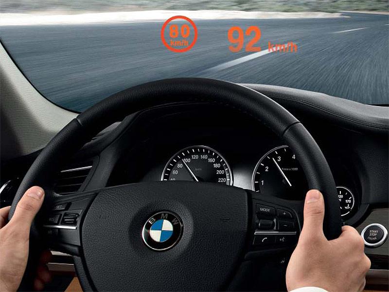 Head-Up-Display im 7er-BMW zeigt die zulässige Höchstgeschwindigkeit an