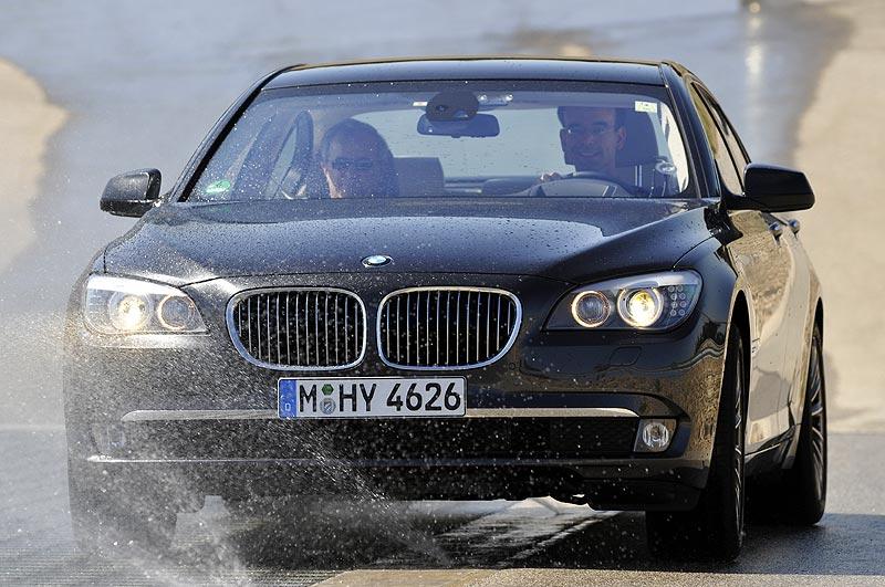 BMW 750i ohne xDrive beim µ-split Test auf dem BMW Testgeläne in Miramas