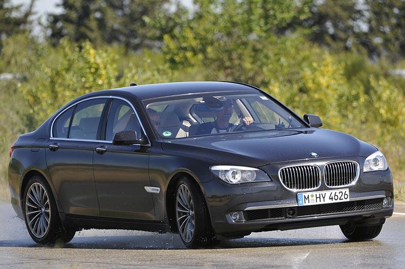 BMW 750i mit Standard-Heckantrieb zum Vergleich mit dem xDrive Modell