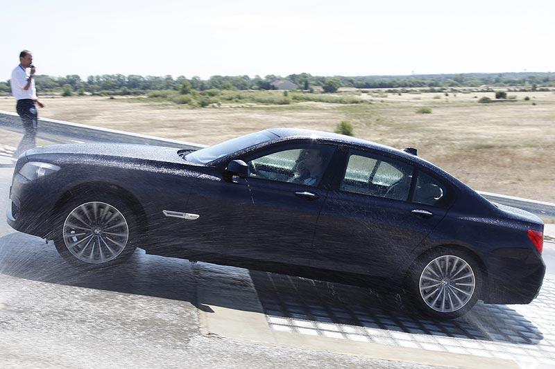 BMW 750i xDrive bei Testfahrten auf dem BMW-Testgelände in Miramas