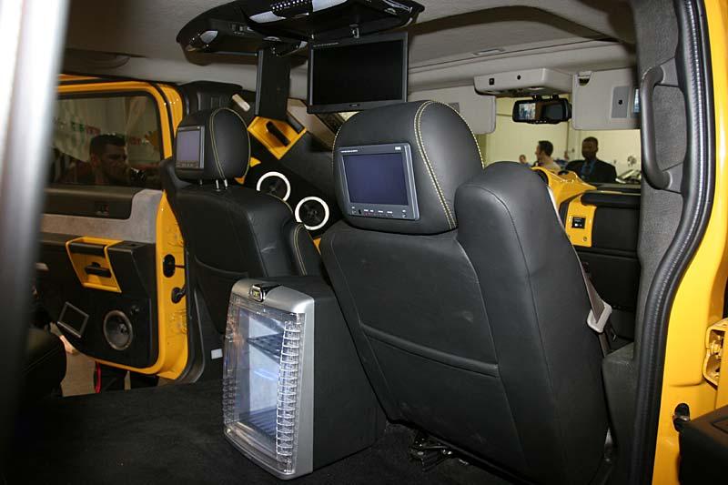 Foto: Humer mit Video-Displays und Kühlschrank im Innenraum (vergrößert)