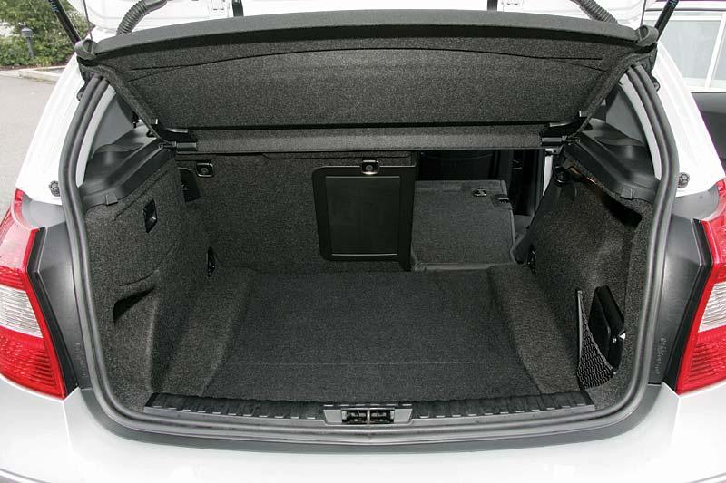 subwoofereinbau im kofferraum bei bmw e87 120d. Black Bedroom Furniture Sets. Home Design Ideas
