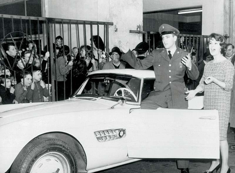 Elvis Presley in einem BMW 507
