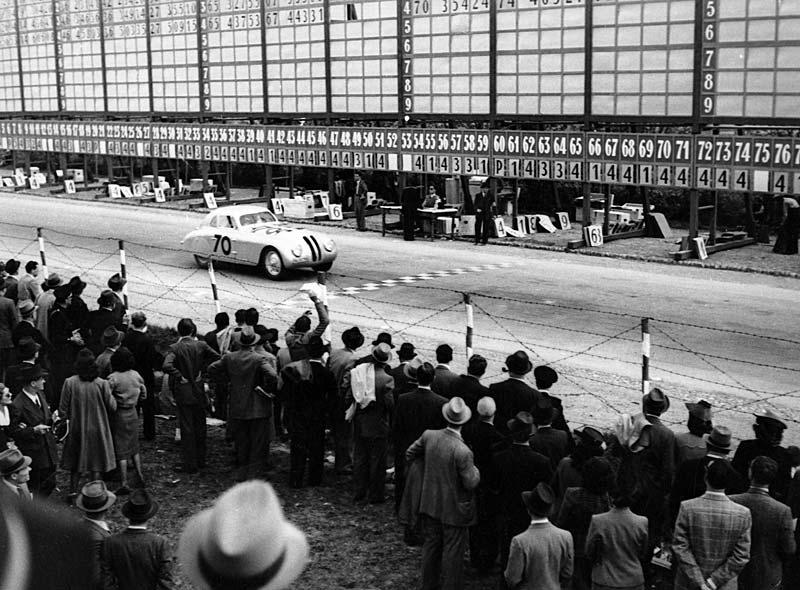 Das BMW 328 Touring Coupé überquert die Ziellinie - Mille Miglia 1940