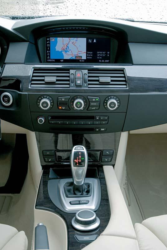 Foto Bmw 530i Modell E60 Facelift Mittelarmlehne