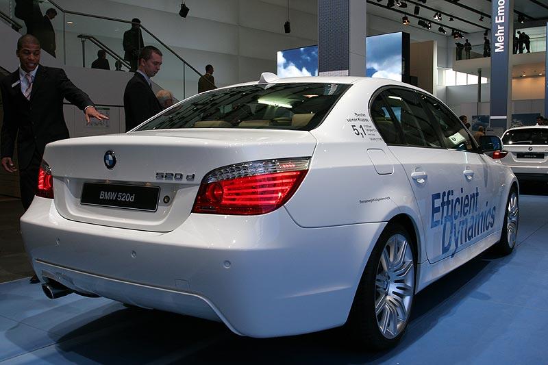 der 520d hat einen CO2-Ausstoß von 136 Gramm pro 100 km, Bestwert in seiner Klasse