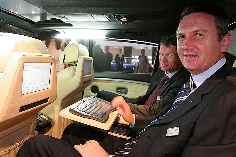BMW Stand-Mitarbeiter führen die Möglichkeiten des BMW 750Li Individual vor
