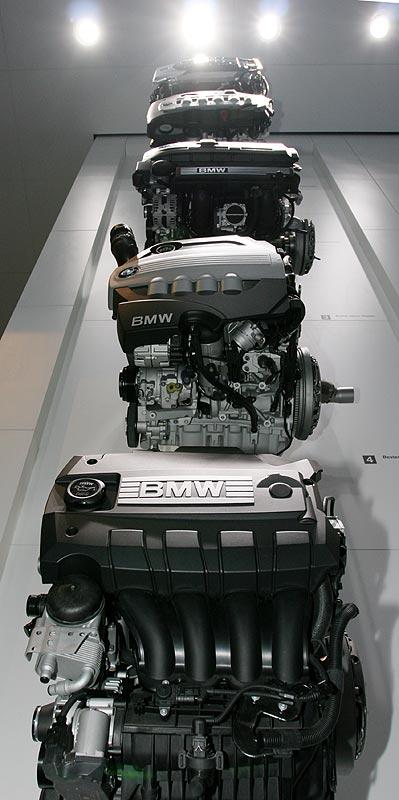 ausgezeichnete und einzigartige BMW-Motoren an der Wand des IAA-Pavillons von BMW