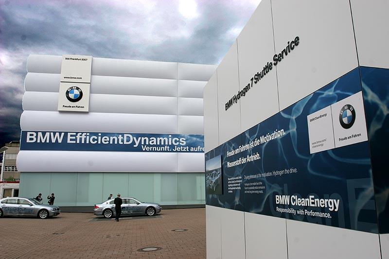 BMW Hydrogen7 Shuttle-Service vor dem BMW-Pavillon für alle Messebesucher zum Auto-Testen