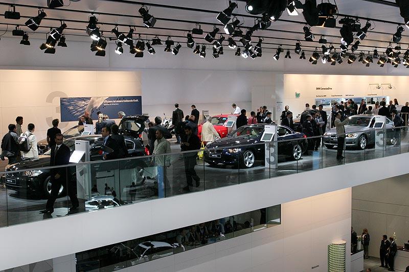 auf zwei Ebenen präsentiert BMW seine Fahrzeuge