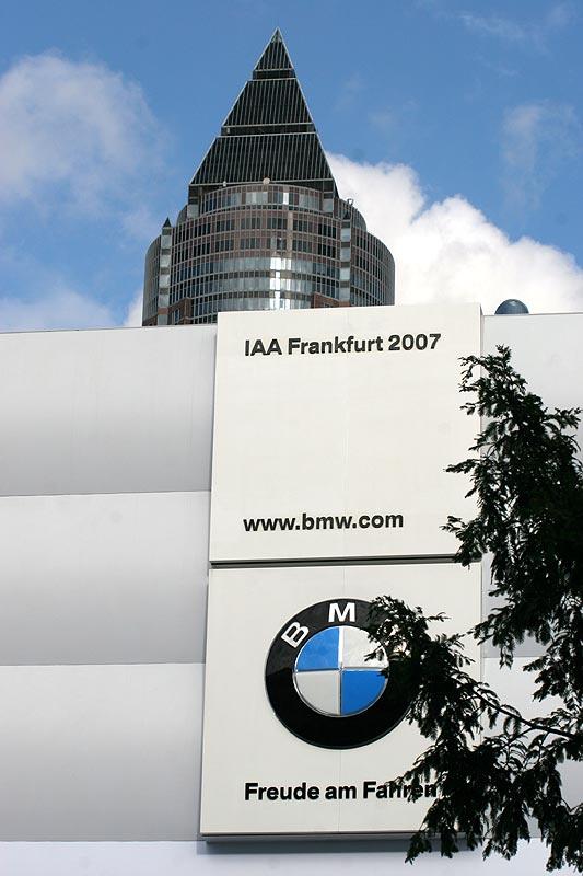 BMW Pavillon in Frankfurt mit Messeturm im Hintergrund