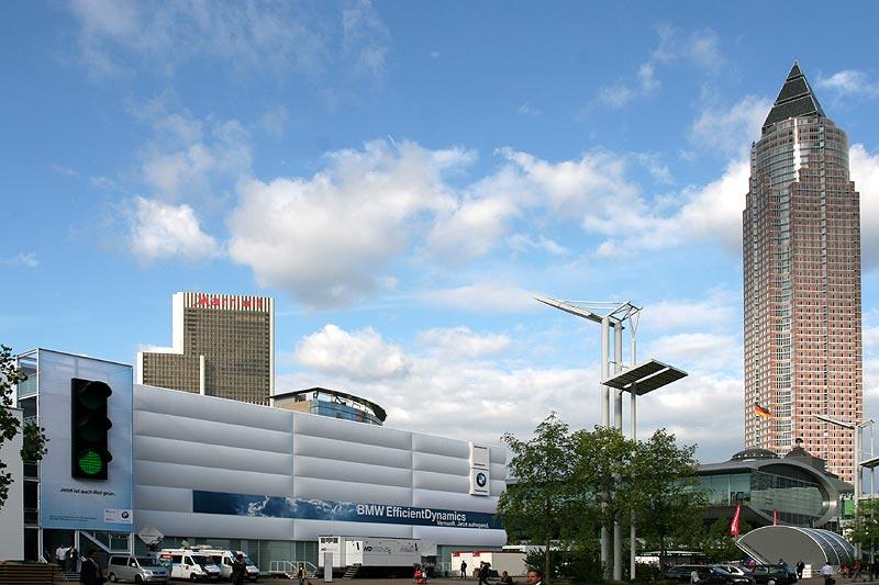 BMW Pavillon mit der übergroßen Ampel links und dem Frankfurter Messeturm rechts