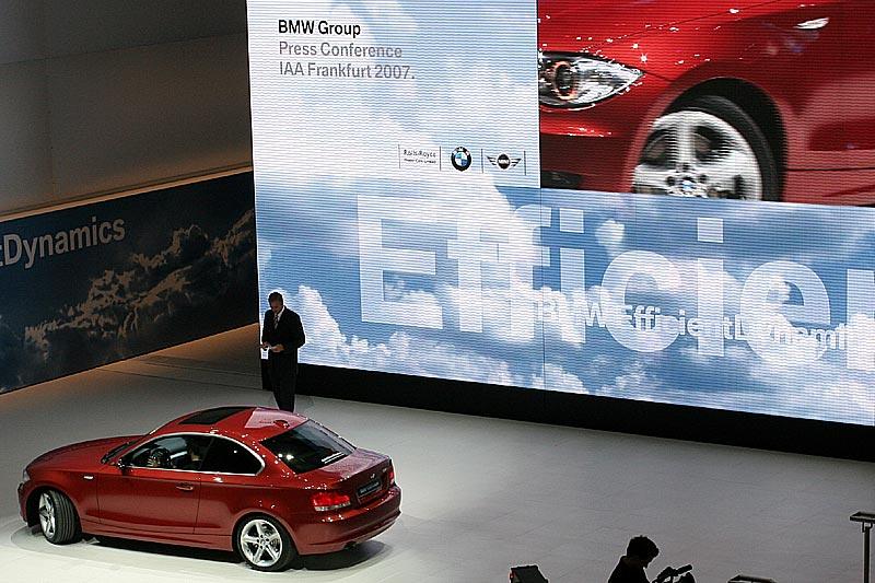 Weltpremiere auf der IAA: das neue BMW 1er Coupé, hier auf während der Pressekonferenz