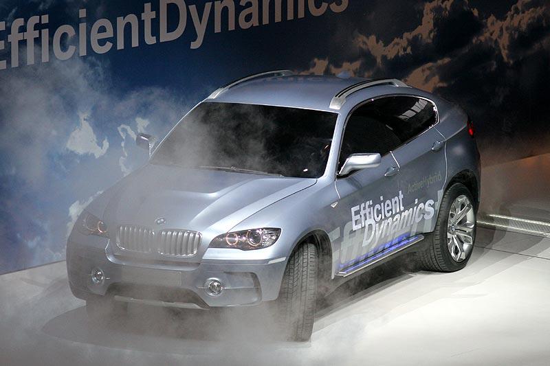 das BMW Concept X6 ActiveHybrid fährt unter Kunstnebel auf die Bühne der IAA 2007
