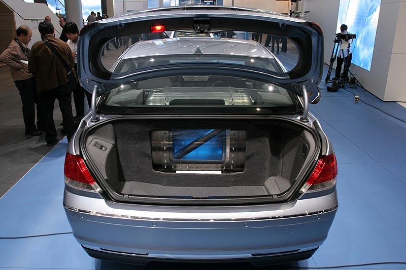Kofferraum des Hydrogen7 mit Blick auf den Vakkum-Wasserstoff-Tank