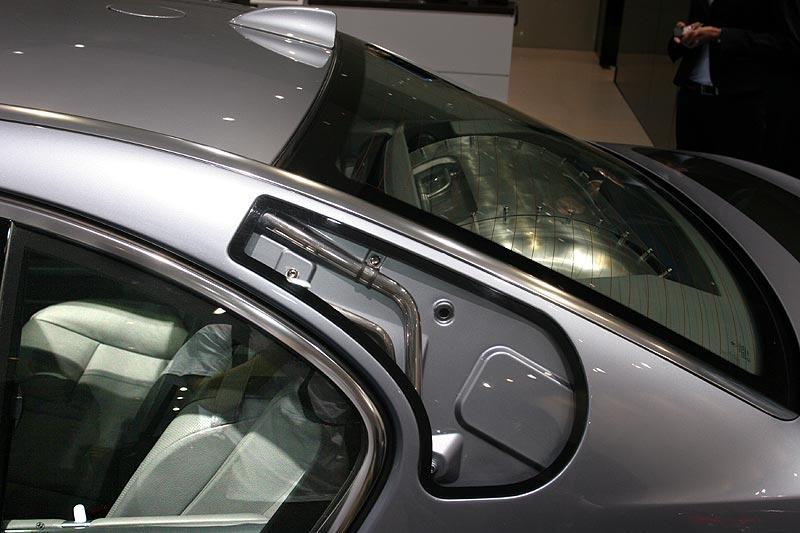 über Leitungen in der C-Säule kann vorzeitig verdampfter Wasserstoff aus einer Öffnung im Dach entweichen