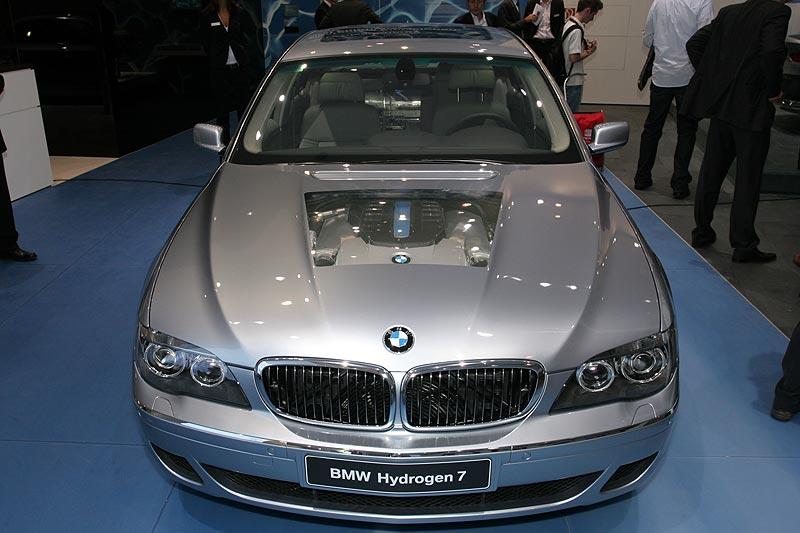 BMW Hydrogen7 - dank transparenter Motorhaube ist ein Blick auf den mit Wasserstoff betriebenen Motor möglich