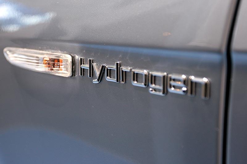 """Hier ist Wasserstoff im Spiel: """"Hydrogen""""-Schild neben dem Seitenblinker"""