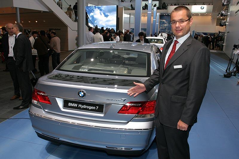 BMW stellt den Hydrogen 7 anhand eines Demonstrations-Autos mit transparenten Teilen vor