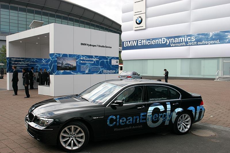 auf dem IAA-Gelände kann sich der Besucher sich in einem Hydrogen7 unspektakulär chauffieren lassen