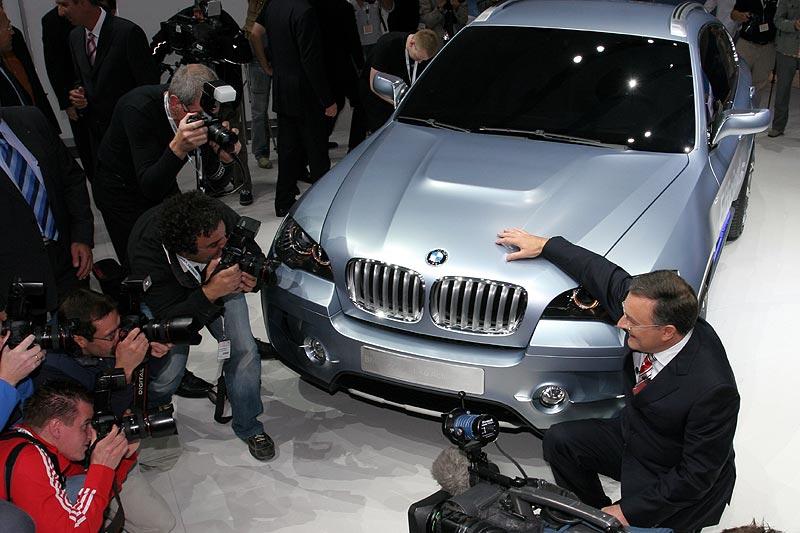 begehrtes Foto-Objekt: das BMW Concept X6 ActiveHybrid und Norbert Reithofer