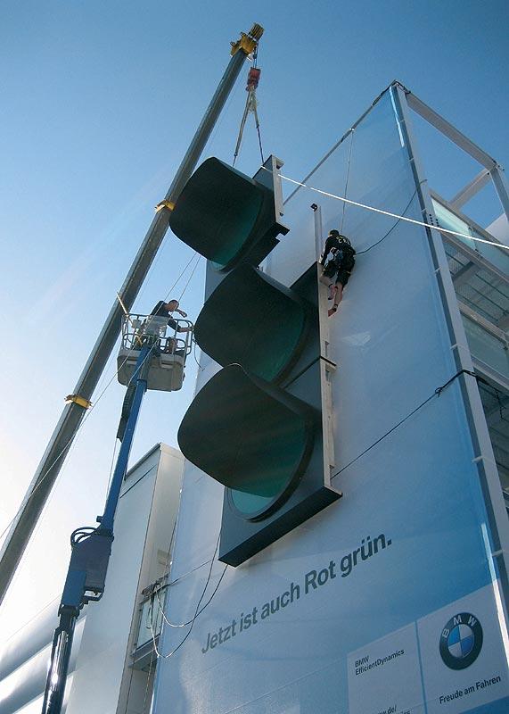 Die überdimensionale Riesenampel wird am BMW Messestand auf der IAA installiert.