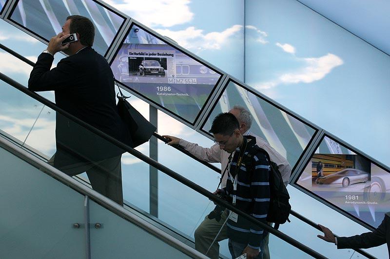 über die Rolltreppe geht es in den BMW-Pavillon