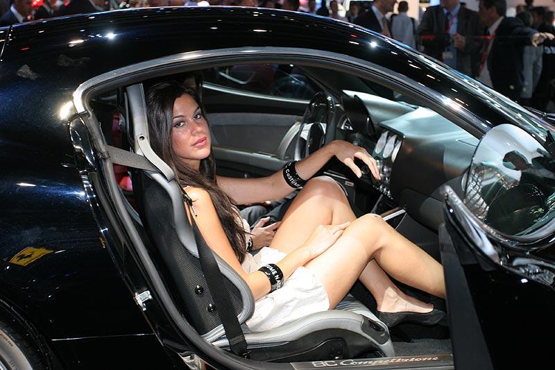 Standpersonal mal sitzend - in einem Ferrari
