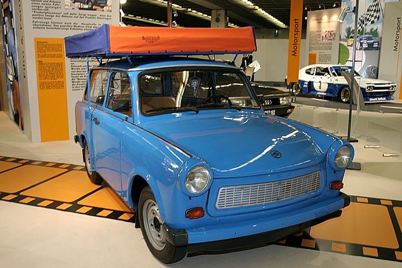 """Trabant P 601, Baujahr 1989, 2-Zyl.-2-Takt-Motor, 600 cccm, 23 PS, 100 km/h, Produktion: über 3 Mio Stk., genannt """"Rennpappe"""" (aufgrund der Phenoplast-Karosserie)"""