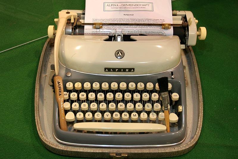 Alpina Schreibmaschine auf dem Messestand der Alpina Gemeinschaft
