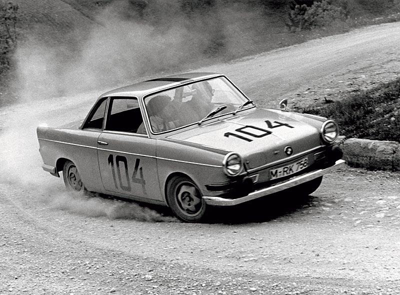 Alexander von Falkenhausen im BMW 700 bei einem Bergpreisrennen