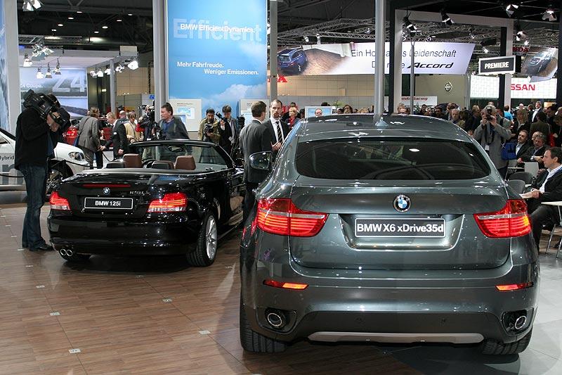 die Stars auf dem BMW-Stand: das 1er Cabrio und der X6 als Deutschland-Premieren