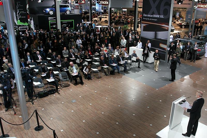 Philipp von Sahr spricht bei der BMW Pressekonferenz auf der AMI