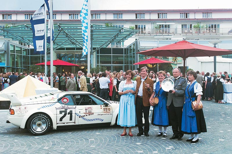 SKH Prinz Leopold von Bayern an seinem 60 Geburtstag mit seiner Frau Prinzessin Ursula vor seinem BMW M1 Rennwagen