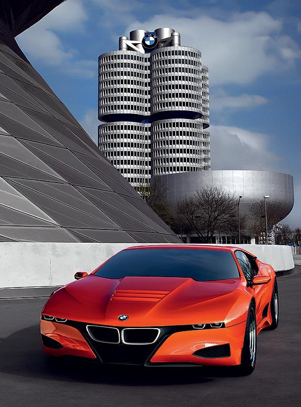 BMW M1 Hommage vor dem BMW Vierzylinder in München