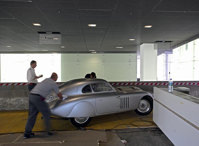 Einbringung des BMW 328 Mille Miglia Touring Coupé in das BMW Museum München