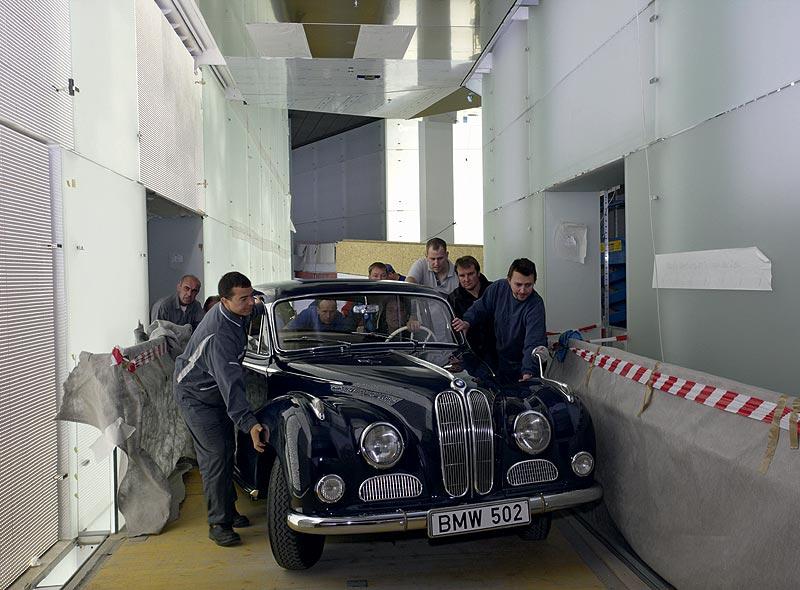 Einbringung des BMW 502 3,2 Liter Super in das BMW Museum