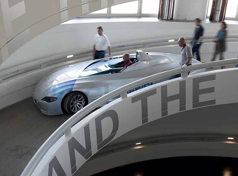 Einfahrt des BMW H2R Rekordfahrzeugs über die Rampe in das BMW Museum München