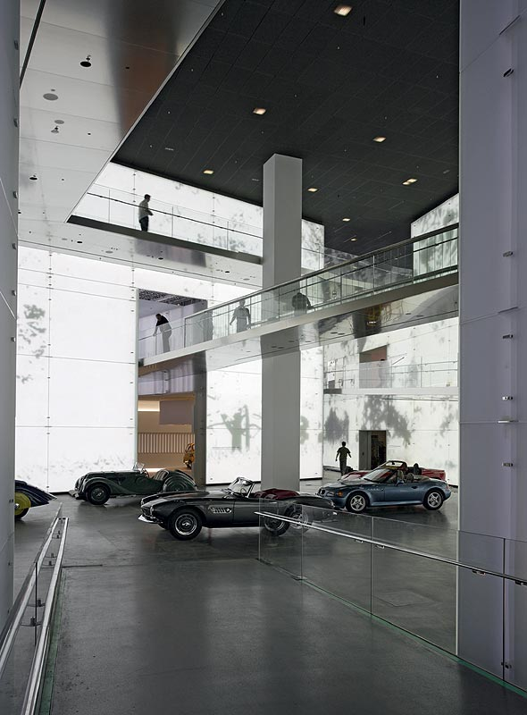 BMW Roadster im Central Space vor laufender LED Bespielung