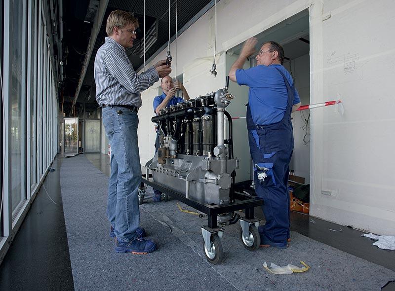 Einbringung des Flugmotors BMW IV in das BMW Museum München