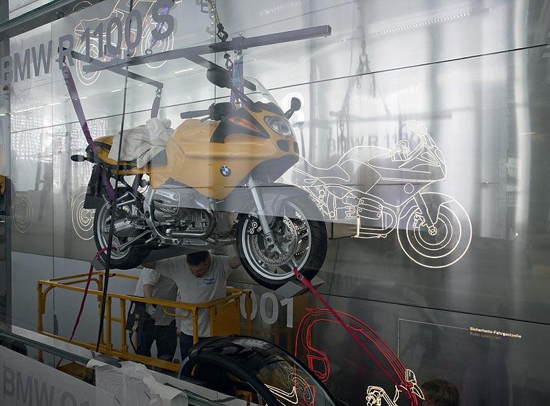 BMW Museum innen - Einbringung Motorradexponate