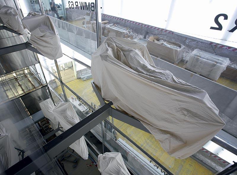 Haus des Motorrads mit verhüllten Exponaten im BMW Museum