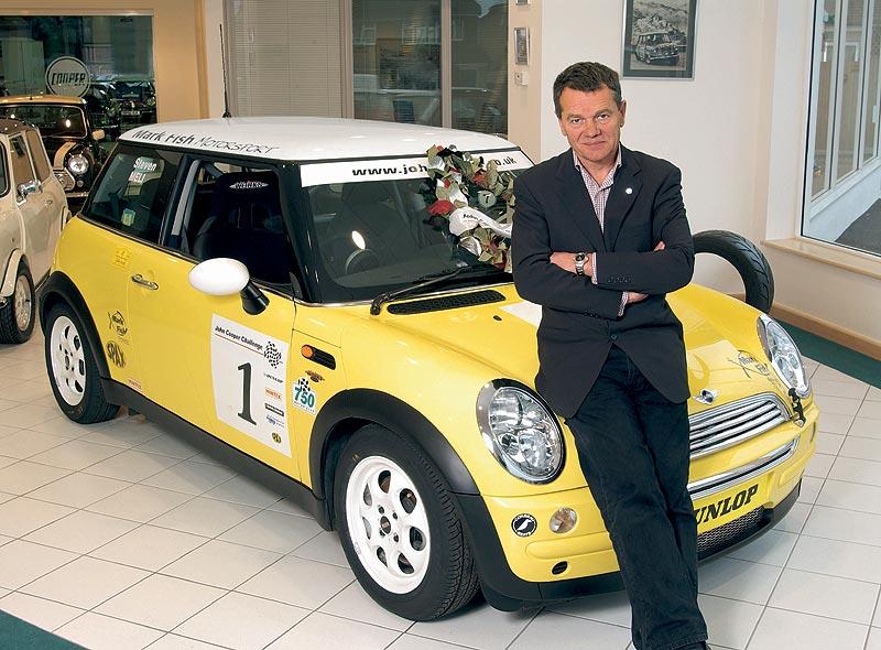 Mike Cooper mit dem Siegerfahrzeug der John Cooper Challenge 2002