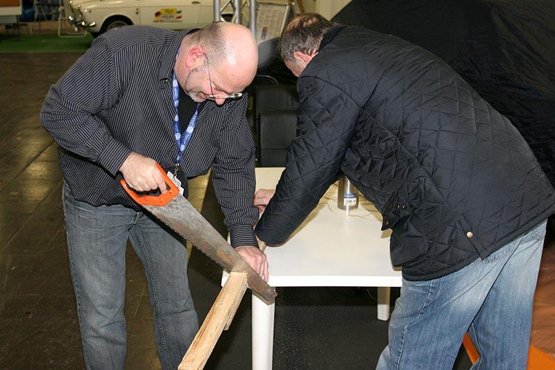 Jean-Marie und Peter bei Sägearbeiten
